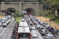 SAO PAULO, SP, 08 MARÇO 2013 - TRANSITO - SAO PAULO A Av. Nove de Julho região central da cidade tem transito completamente parado, a população tem dificuldade no retorna para casa. FOTO: MARCELO BRAMMER / BRAZIL PHOTO PRESS