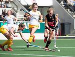 AMSTELVEEN - Hockey - Hoofdklasse competitie dames. AMSTERDAM-DEN BOSCH (3-1) Kitty van Male (A'dam) met links Pien Sanders (Den Bosch) en in het midden Maartje Krekelaar (Den Bosch) .   COPYRIGHT KOEN SUYK
