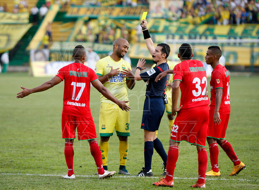 BUCARAMANGA-COLOMBIA-29-10-2016. Jorge Guzman, arbitro, muestra la tarjeta amarilla a Luis Payares del Bucaramanga durante el encuentro entre Atlético Bucaramanga y Cortulúa por la fecha 18 de la Liga Águila II 2016 jugado en el estadio Alfonso López de la ciudad de Bucaramanga./ Jorge Guzman, referee, swows the yellow card to Luis Payares of Bucaramanga during the match betwenn Atletico Bucaramanga and Cortulua for the date 18 of the Aguila League II 2016 played at Alfonso Lopez stadium in Bucaramanga city. Photo: VizzorImage / Duncan Bustamante / Cont