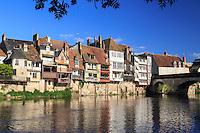 France, Indre (36), Argenton-sur-Creuse, maisons en bord de Creuse et le Vieux Pont // France, Indre, Argenton sur Creuse, houses along Creuse and the Vieux Pont