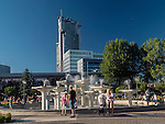 Gdynia, (woj. pomorskie) 21.07.2016. Fontanna na Skwerze Kościuszki w Gdyni, jeden z symboli miasta. Na drugim planie Sea Towers.