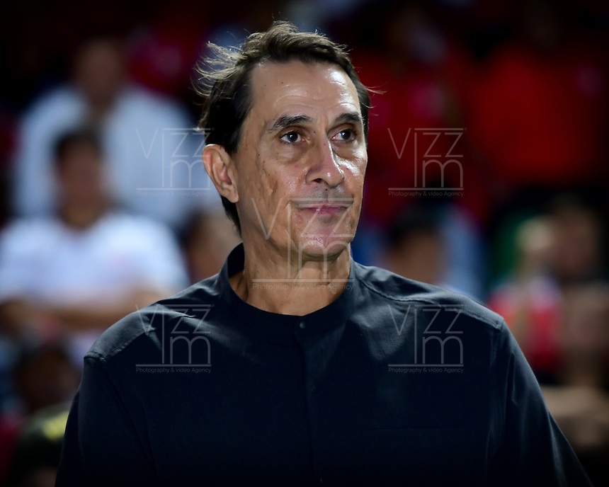 CALI - COLOMBIA, 09-10-2019: Alexandre Guimarães técnico del América gesticula durante partido por la date 16 de la Liga Águila II 2019 entre América de Cali y Unión Magdalena jugado en el estadio Pascual Guerrero de la ciudad de Cali. / Alexandre Guimarães coach of America de Cali gestures during match for the date 16 as part of Aguila League II 2019 between America de Cali and Union Magdalena played at Pascual Guerrero stadium in Cali. Photo: VizzorImage / Nelson Rios / Cont