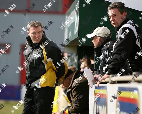 2009-03-22 / Voetbal / VC Herentals - Zwarte Leeuw / Coach Gert Jochems van Zwarte Leeuw laat zich even afleiden..Foto: Maarten Straetemans (SMB)
