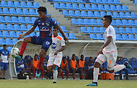 SANTA MARTA - COLOMBIA, 13-10-2019: Juan Carlos Pereira de Unión disputa el balón con Santiago Noreña de Envigado durante partido por la fecha 17 de la Liga Águila II 2019 entre Unión Magdalena y Envigado F.C. jugado en el estadio Sierra Nevada de la ciudad de Santa Marta. / Juan Carlos Pereira of Union struggles the ball with Santiago Noreña of Envigado during match for the date 17 as part Aguila League II 2019 between Union Magdalena and Envigado F.C. played at Sierra Nevada stadium in Santa Marta city. Photo: VizzorImage / Gustavo Pacheco / Cont