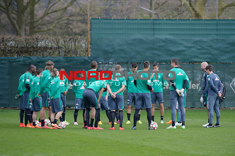 11.04.2015, Trainingsgelaende, Bremen, GER, 1.FBL, Training Werder Bremen, im Bild Mannschaftsbesprechung<br /> <br /> Foto &copy; nordphoto / Frisch