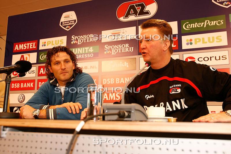 Nederland, Alkmaar, 4 december 2006. .Ronald Waterreus (l), de nieuwe keeper van AZ en Louis van Gaal, trainer-coach van AZ tijdens de persconferentie. .