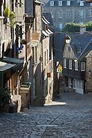 France, Brittany, Département Côtes-d'Armor, Dinan: Cobbled street, Rue du Jerzual | Frankreich, Bretagne, Département Côtes-d'Armor, Dinan: Altstadtgasse Rue du Jerzual mit Kopfsteinpflaster