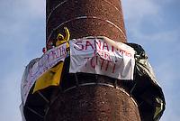 Milano / Italia<br /> Un gruppo di lavoratori stranieri sale su una vecchia ciminiera in via Imbonati per protesta contro le leggi sull'immigrazione.<br /> A group of foreign workers goes up an old chimney in Imbonati street in protest against immigration laws.<br /> Photo Livio Senigalliesi