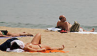 BARCELONA, ESPANHA, 13 DE MAIO 2012 - CALOR EUROPA - Movimentacao na praia de Barceloneta na manha desse domingo na cidade de Barcelona na Espanha.  FOTO: VANESSA CARVALHO - BRAZIL PHOTO PRESS.