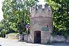 Turm an der Mauer des Schloss Monsheim im Zellertal