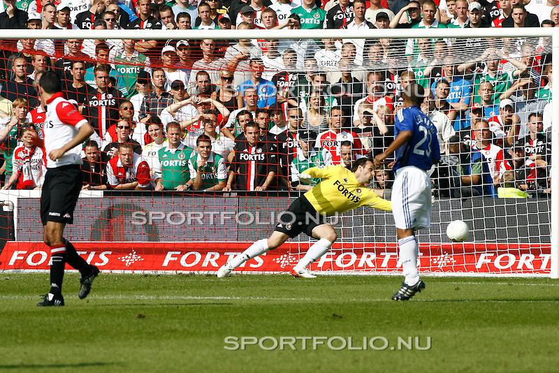 Nederland, Rotterdam, 21 september 2008 .Eredivisie .Seizoen 2008-2009.Feyenoord-Ajax (2-2) .Henk Timmer, doelman van Feyenoord, kan niet bij de bal en Ajax scoort, 1-0.