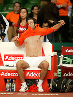 10-2-06, Netherlands, tennis, Amsterdam, Daviscup.Netherlands Russia, Raemon Sluiter chainging his shirt in his matchagainst Dmitry Tursonov i