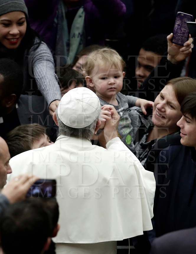 Papa Francesco accarezza un bambino al suo arrivo all'Udienza Generale del mercoledi' in aula Paolo VI in Vaticano, 20 dicembre 2017.<br /> Pope Francis caresses a child as he arrives to lead his weekly general audience in Paul VI Hall at the Vatican, on December 20, 2017.<br /> UPDATE IMAGES PRESS/Isabella Bonotto<br /> <br /> STRICTLY ONLY FOR EDITORIAL USE