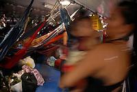Passageiros se organizam durante viagem ao município de Curralinho no Marajó.<br /> Foto Paulo Santos<br /> Curralinho , Pará , Brasil.<br /> 03/2008.