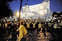 Roma, 13 Agosto 2011.Piazza Venezia..Iftar,il pasto che  interrompe il digiuno durante il mese sacro..Alcune decine di musulmani hanno preso parte ad un Iftar pubblico  con l'intento di promuovere una maggior informazione riguardo alla loro religione, l'Islam..La Preghiera