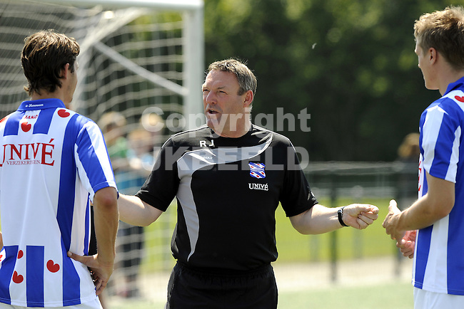 voetbal eerste training sc heerenveen 23 -06-2010 ron jans legt uit