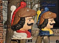 """Schwedenkoepfe: EUROPA, DEUTSCHLAND, MECKLEMBURG VORPOMMERN, WISMAR (GERMANY), 12.01.2009: Europa, Deutschland, Mecklenburg, Vorpommern, Wismar, Hafen, Schwedenkoepfe, Schwedenkopf,  Herkulesbuesten in barocker Bemalung vor dem Baumhaus im Alten Hafen. Die Originale standen einst auf Dalben in der Hafeneinfahrt in Hoehe von Wendorf. Nachdem 1902 ein finnischer Leichter die Koepfe beschaedigt hatte, wurden diese originalgetreu nachgegossen und ein Jahr spaeter wieder an gleicher Stelle aufgesetzt. Ein Original ist erhalten geblieben und befindet sich im Stadtgeschichtlichen Museum """"Schabbellhaus"""": Herkunft und Bedeutung der Schwedenkoepfe sind nicht eindeutig belegbar. Nachgewiesen werden konnte, dass 1672 ein Pfahl, naemlich der aeusserste der Hafenbegrenzung, als Schwede bezeichnet wurde und dass Anfang des 19. Jh. zur Erinnerung an die Schwedenzeit die beiden Koepfe aufgesetzt worden waren. Mit groesster Wahrscheinlichkeit waren die beiden Originale Ruderkoepfe und gehoerten einst zum plastischen Heckschmuck eines Schiffes."""