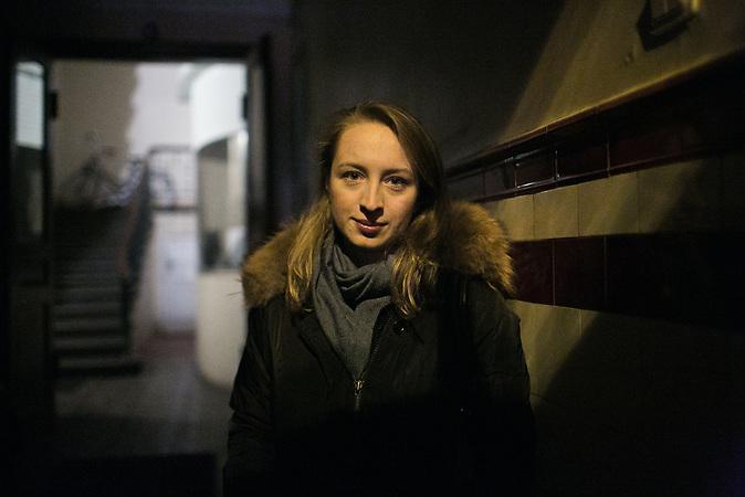Marija Jepifanowa vor dem Eingang ihres Hauses. Sie ist Journalistin und nach Riga gezogen, um f&uuml;r die baltische Ausgabe der Nowaja Gazeta zu arbeiten. Die oppositionelle Zeitung kann sich keine eigenen Redaktionsr&auml;ume in Riga leisten, deshalb ist Jepifanowas Schreibtisch in ihrer Altbauwohnung gleichzeitig ihr Arbeitsplatz.<br /> <br /> Seit einigen Jahren wandern vermehrt Russen in das benachbarte Lettland aus - derzeit sind 50.000 russische Staatsb&uuml;rger in Besitz einer st&auml;ndigen Aufenthaltsgenehmigung in dem baltischen Land.<br /> Seitdem Lettland 2004 Teil der Europ&auml;ischen Union ist, sind etwa zehn Prozent der Letten emigriert. In der Hauptstadt Riga bieten sich f&uuml;r junge Zuwanderer besonders auch beruflich aussichtsvolle Perspektiven.