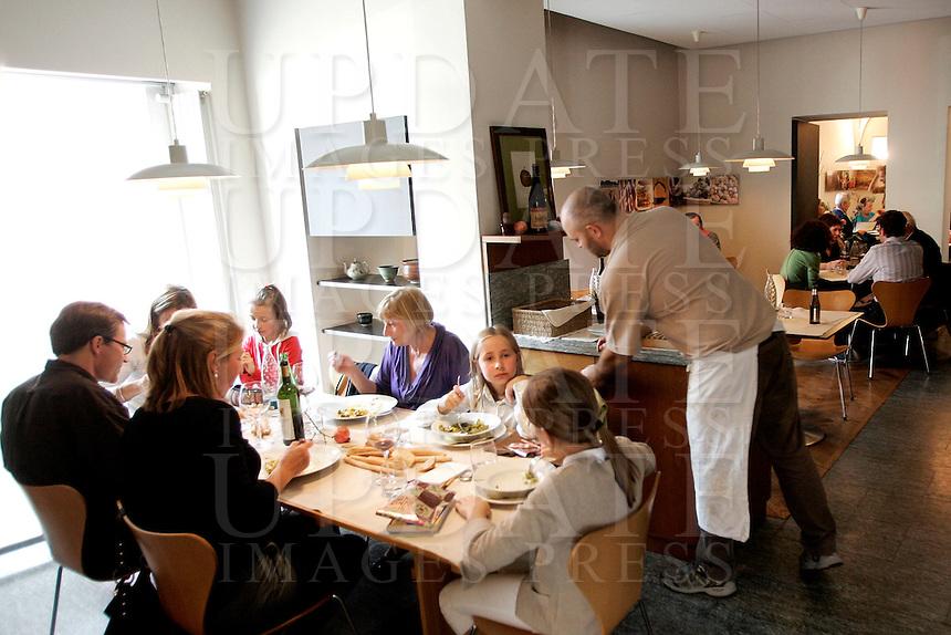 Interno del ristorante Lalibera di Alba.<br /> Interior of the restaurant Lalibera in Alba, Piedmont.<br /> UPDATE IMAGES PRESS/Riccardo De Luca
