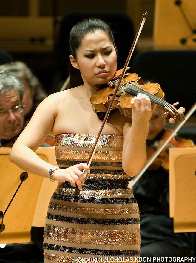 Violinist Sarah Chang plays Felix Mendelssohn's Concerto in E Minor for Violin and Orchestra (Op.64).  Chang performed with the Pacific Symphony at the Rene and Henry Segerstrom Conert Hall.  It was the symphony's season opener concert.