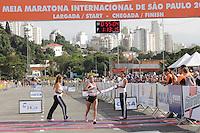 SAO PAULO, SP, 04 DE MARCO DE 2012 - MEIA MARATONA INTERNACIONAL DE SAO PAULO - Erika Abril Suarez (COL) segunda colocada da prova feminina durante a Meia Maratona Internacional de Sao Paulo, na Praca Charles Muller, na manha deste domingo, 04. FOTO WARLEY LEITE - BRAZIL PHOTO PRESS.