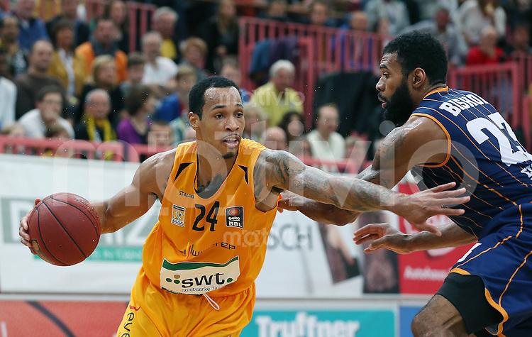 Basketball  1. Bundesliga  2015/2016  Hauptrunde  3. Spieltag  10.10.2015 Walter Tigers Tuebingen - Eisbaeren Bremerhaven Garlon Green (li, Tigers) gegen Tony Bishop (re, Bremerhaven)