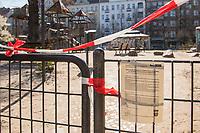 Auswirkungen der Corona-Krise.<br /> Im Bild: Ein geschlossener Spielplatz auf dem Boxhagener Platz in Berlin-Friedrichshain.<br /> 26.3.2020, Berlin<br /> Copyright: Christian-Ditsch.de<br /> [NUR FUER REDAKTIONELLE ZWECKE! Werbung nur auf Anfrage beim Fotografen. Inhaltsveraendernde Manipulation des Fotos nur nach ausdruecklicher Genehmigung des Fotografen. Vereinbarungen ueber Abtretung von Persoenlichkeitsrechten/Model Release der abgebildeten Person/Personen liegen nicht vor. NO MODEL RELEASE! Don't publish without copyright Christian-Ditsch.de, Veroeffentlichung nur mit Fotografennennung, sowie gegen Honorar, MwSt. und Beleg. Konto: I N G - D i B a, IBAN DE58500105175400192269, BIC INGDDEFFXXX, Kontakt: post@christian-ditsch.de<br /> Bei der Bearbeitung der Dateiinformationen darf die Urheberkennzeichnung in den EXIF- und  IPTC-Daten nicht entfernt werden, diese sind in digitalen Medien nach §95c UrhG rechtlich geschuetzt. Der Urhebervermerk wird gemaess §13 UrhG verlangt.]