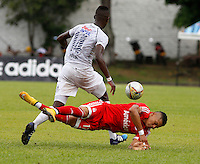 BUGA - COLOMBIA - 05-04-2014: Airon del Valle (Der.) jugador del America disputa el balón con Jhony Mena (Izq.) jugador de Depor FC, durante partido por la fecha 8 del Torneo AguilaI entre America de Cali y Depor FC, jugado en el estadio Hernando Azcarate de la ciudad de Buga. / Airon del Valle (R) player of America, figths for the ball with Jhony Mena (L) player of Depor FC, during a match for the date 8 for the Torneo Aguila I between America de Cali and Depor FC, ??played at the Hernando Azcarate stadium in Buga. Photo: VizzorImage / Juan C. Quintero / Str.
