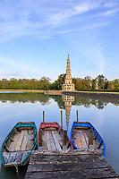 France, Indre-et-Loire (37), Amboise, la pagode de Chanteloup et les barques pour la promenade sur le plan d'eau
