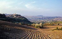 "Paesaggio dell'Oltrepò Pavese (provincia di Pavia). Visibile sulla sx il paese Fortunago, annoverato tra ""i borghi più belli d'Italia""; sulla collina in fondo: il castello di Montalto Pavese --- Landscape of the Oltrepò Pavese (province of Pavia). Visible on the left is  the small village of Fortunago, rated within the ""most beautiful villages in Italy""; on the hill on the background: the castle of Montalto Pavese"