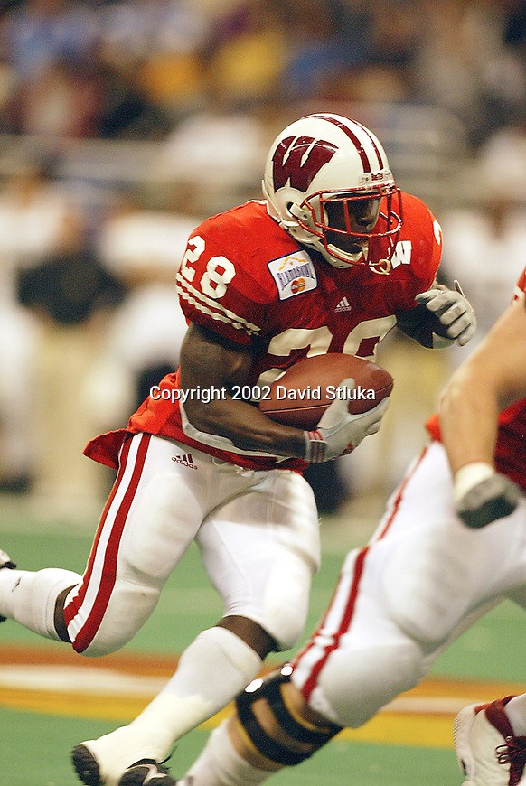 University of Wisconsin running back Anthony Davis (28) during the Alamo Bowl in San Antonio, Texas. The Badgers beat the University of Colorado in overtime 31-28 on 12/28/02. (Photo by David Stluka)