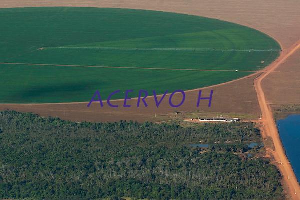 Grandes planta&ccedil;&otilde;es de soja, milho e algod&atilde;o cercam o Parque Ind&iacute;gena do Xingu  (PIX) .<br /> Habitados pelas etnias Aweti, Ikpeng, Kaiabi, Kalapalo, Kamaiur&aacute;, Kĩs&ecirc;dj&ecirc;, Kuikuro, Matipu, Mehinako, Nahuku&aacute;, Naruvotu, Wauja, Tapayuna, Trumai, Yudja, Yawalapiti, o parque ocupa &aacute;rea de 2.642.003 hectares na regi&atilde;o nordeste do Estado do Mato Grosso, <br /> De acordo com o IMEA - Instituto Mato-Grossense de Economia Agropecu&aacute;ria declarou &uacute;ltimo dia 7 de agosto de 2015 no informativo 365 divulgou dados novos das safras de soja em MT com a safra 14/15<br /> consolidando-se com mais um ano de &aacute;rea e produ&ccedil;&atilde;o recordes. Por meio do m&eacute;todo de Sensoriamento Remoto<br /> a nova &aacute;rea de 9,01 milh&otilde;es de hectares apresenta-se 6,8% acima da &aacute;rea da safra 13/14. A produtividade j&aacute;<br /> consolidada de 51,9 sc/ha elevou a produ&ccedil;&atilde;o para 28,08 milh&otilde;es de toneladas. Os novos dados da safra 15/16<br /> aumentaram ainda mais a expectativa de safra recorde j&aacute; esperada no &uacute;ltimo relat&oacute;rio. A nova &aacute;rea de 9,2 milh&otilde;es<br /> de hectares baseia-se na convers&atilde;o de &aacute;rea de pastagem em agricultura observada h&aacute; algumas safras. A<br /> continuidade de investimento em tecnologia da nova safra eleva a proje&ccedil;&atilde;o de produtividade para 52,6 sc/ha,<br /> refletindo sobre a produ&ccedil;&atilde;o que deve bater um novo recorde em 2016, de 29 milh&otilde;es de toneladas. Apesar do<br /> crescimento cont&iacute;nuo, a nova temporada deve atingir o menor avan&ccedil;o da produ&ccedil;&atilde;o desde a safra 10/11. <br /> Quer&ecirc;ncia, Mato Grosso, Brasil.<br /> Foto Paulo Santos<br /> 24/07/2015