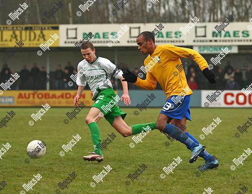 2010-01-24 / Voetbal / KFC Dessel Sport - KV Woluwe Zaventem / Andrew Petersen (L, Dessel) moet alle zeilen bijzetten om de snelle counter van Frederic Gounongbe te onderscheppen.