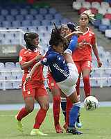 CALI - COLOMBIA, 14-09-2019: Catalina Usme del América disputa el balón con Maria Peraza de Millonarios durante partido por la semifinal vuelta de la Liga Femenina Aguila 2019 entre América de Cali y Millonarios jugado en el estadio Pascual Guerrero de la ciudad de Cali. / Catalina Usme of America struggles the ball with Maria Peraza of Millonarios during second leg match for the semifinals as part of Aguila Women League 2019 between America de Cali and Millonarios played at Pascual Guerrero stadium in Cali. Photo: VizzorImage / Gabriel Aponte / Staff