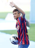 BARCELONA, ESPANHA, 03/06/2013 - APRESENTAÇÃO NEYMAR - O novo jogador do Barcelona,Neymar durante apresentação oficialmente para a torcida no estádio Camp Nou, em Barcelona, Espanha. Ele assinou contrato com o clube catalão por cinco anos. Neymar retorna ainda hoje, 3, ao Brasil.  FOTO: ACERO / ALFAQUI / BRAZIL PHOTO PRESS)