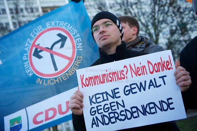Kundgebung der CDU-Lichtenberg gegen Kommunismus.<br /> Etwa ein dutzend Mitglieder der CDU aus dem Berliner Stadtteil Lichtenberg protestierten am Samstag den 22. Januar 2011 gegen den Kommunismus. Anlass war ein umstrittener Artikel zum Thema Kommunismus der Vorsitzenden der Linkspartei Die LINKE, Gesine Loetzsch.<br /> Ungefaehr 30 Gegendemonstranten stoerten die CDU-Kundgebung mit Plakaten und Schildern.<br /> 22.1.2011, Berlin<br /> Copyright: Christian-Ditsch.de<br /> [Inhaltsveraendernde Manipulation des Fotos nur nach ausdruecklicher Genehmigung des Fotografen. Vereinbarungen ueber Abtretung von Persoenlichkeitsrechten/Model Release der abgebildeten Person/Personen liegen nicht vor. NO MODEL RELEASE! Nur fuer Redaktionelle Zwecke. Don't publish without copyright Christian-Ditsch.de, Veroeffentlichung nur mit Fotografennennung, sowie gegen Honorar, MwSt. und Beleg. Konto: I N G - D i B a, IBAN DE58500105175400192269, BIC INGDDEFFXXX, Kontakt: post@christian-ditsch.de<br /> Bei der Bearbeitung der Dateiinformationen darf die Urheberkennzeichnung in den EXIF- und  IPTC-Daten nicht entfernt werden, diese sind in digitalen Medien nach &sect;95c UrhG rechtlich geschuetzt. Der Urhebervermerk wird gemaess &sect;13 UrhG verlangt.]