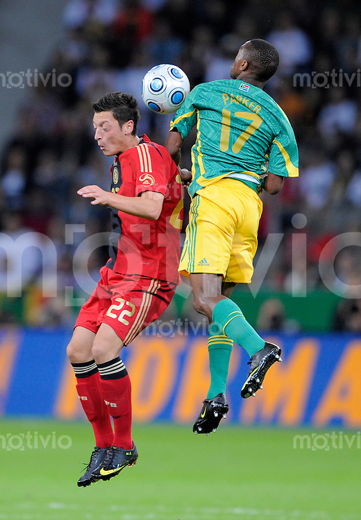 Fussball   International    Freundschaftsspiel   Deutschland - Suedafrika      05.09.09 Teamfoto: Mesut OEZIL (li, GER) im Zweikampf mit Bernard PARKER (re, RSA).