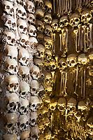 Portugal, Alentejo, Evora: die Innenwaende der Capela dos Ossos ist mit Schaedeln und Knochen frueherer Moenche versehen | Skulls and bones of former monks decorating the walls inside the Capela dos Ossos bone chapel, Evora, Alentejo, Portugal, Europe