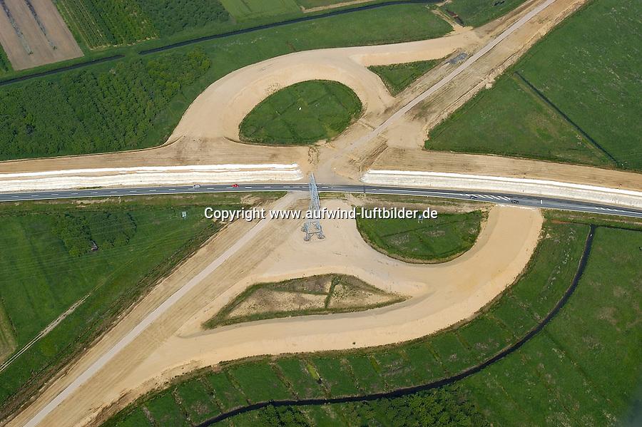 4415/Autobahn A26:EUROPA, DEUTSCHLAND, NIEDERSACHSEN, STADE 09.06.2005: Autobahntrasse der A26 von Stade durch das Alte Land nach Hamburg Heimfeld an die Autobahn A7. Hohe Baukosten durch  moorigem Grund..Zu sehen sind die Sandberge des ersten Bauabschnitts (insgesamt 3.100.000 Kubikmeter Sand aus 272000 LKW-Ladungen). Dieser Sand hat ungefaehr das gleiche Gewicht, wie eine gebaute und befahrene Autobahn. Ueber zwei Jahre hinweg drücken die Sandmassen das Wasser aus dem moorigen Boden durch senkrechte Drainagen nach oben und die Sandberge senken sich, teilweise jetzt schon bis zu 3 Meter. Auf dem Bild zu sehen ist eine zukuenftige Autobahnausfahrt oestlich Stade...Luftaufnahme, Luftbild,  Luftansicht