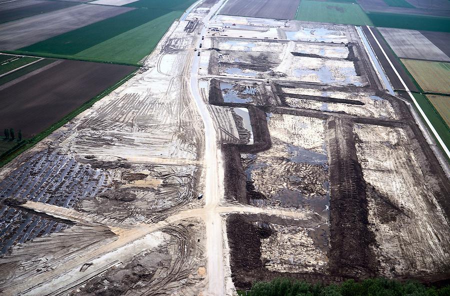 Nederland, ten Noorden van Westeinde, Polder de Noordplas, 17/05/2002;  aanleg werkterrein en grond depot HSL, zuidelijke toerit ; de ingang van de boortunnel links van de werkweg (iets onder het midden), de tunnel wordt vanuit Noordelijke richting geboord om op deze lokatie weer boven de grond te komen;  infrastructuur, bouwen, spoor, rail, TGV planologie, abstract, ruimtelijke ordening, landschap;<br /> luchtfoto (toeslag), aerial photo (additional fee)<br /> foto /photo Siebe Swart