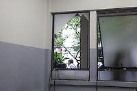 BELO HORIZONTE, MG, 26.10.2014 - ELEICOES 2014 / VOTAÇÃO / MINAS GERAIS - Vidro quebrado com o tumulto que ocorreu na chegada do candidato do PSDB à Presidência da República, Aécio Neves, que votou acompanhado da esposa na Escola Estadual Milton Campos (estadual central), no bairro de Lourdes, em Belo Horizonte (MG), neste domingo. Alguns profissionais da imprensa ficaram feridos. (Foto: William Volcov / Brazil Photo Press).