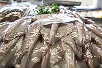 SAO PAULO, SP, 27 DE MARÇO DE 2013. OITAVA SANTA FEIRA DO PEIXE NA CEAGESP. Lula a venda na oitava santa feira do peixe que acontece no Patio do Pescado da  Ceagesp.  Esta feira acontece antes das festividades da semana santa e os clientes podem comprar vários tipos de peixes com preço de atacado. A feira acontece ate o dia 28 de março a partir das 14 horas. FOTO ADRIANA SPACA/BRAZIL PHOTO PRESS