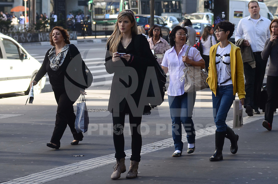 SAO PAULO, 02 DE JULHO DE 2012 - CLIMA TEMPO SP - Manha de tempo aberto e temperaturas em elevacao na Avenida Paulista, regiao central da capital. FOTO: ALEXANDRE MOREIRA - BRAZIL PHOTO PRESS