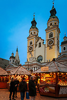 Italien, Suedtirol (Trentino - Alto Adige), Brixen: Weihnachtsmarkt auf dem Domplatz vor der Domkirche Mariae Himmelfahrt | Italy, South Tyrol (Trentino -Alto Adige), Bressanone: christmas market at Piazza Duomo with cathedral Mary Ascension