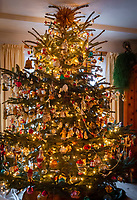 Deutschland, Bayern: Weihnachtsbaum in baeuerlicher, gute Stube mit antikem Christbaumschmuck beladen | Germany, Bavaria: Christmas tree with antique Christmas tree decorations in farmhouse parlour