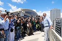 Luigi De Magistris posa per i fotograsfi dopo la conferenza stampa