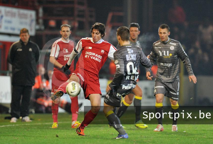 KV Kortrijk - SV Zulte - Waregem : Pablo Chavarria aan de bal voor Rene Sterckx.foto VDB / BART VANDENBROUCKE