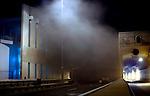 ROTTERDAM - Rookwolken stijgen rond 02.00 uur op tijdens de brandproeven en calamiteitenoefening in nieuwe Beneluxtunnel in een van de nieuwe tunnelbuizen van de 2de Beneluxtunnel, onderdeel van een grootscheeps onderzoek van de Bouwdienst van Rijkswaterstaat naar brandontwikkeling, rookverspreiding en temperatuurontwikkeling in verkeerstunnels bij calamiteiten. Ook het gedrag van brand en rook in combinatie met ventilatie wordt onderzocht. COPYRIGHT TON BORSBOOM