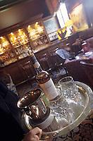 """Europe/France/Normandie/Basse-Normandie/14/Calvados/Deauville: Service du Whisky au bar de l'hôtel """"Le Normandy"""""""