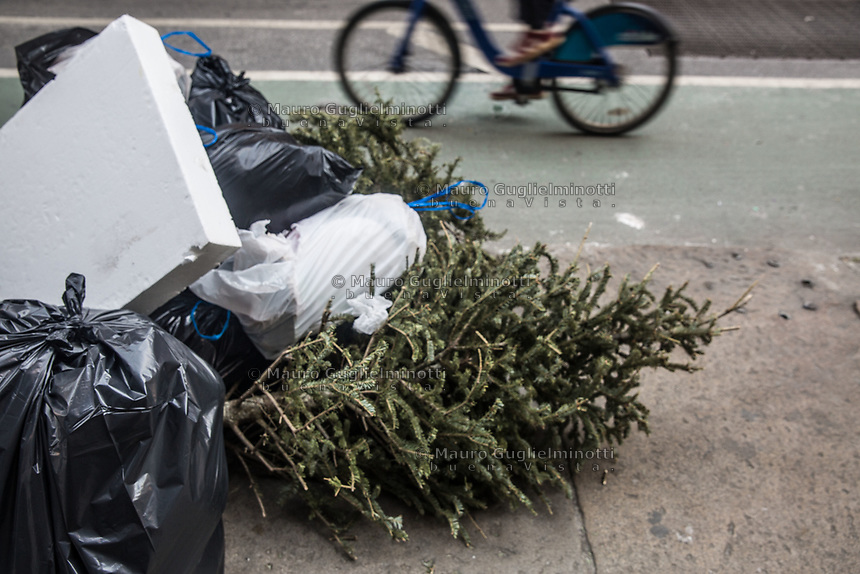 Alberi di Natale abbandonati dopo le feste Abandoned Christmas trees after holidays USA New York Alberi di Natale abbandonati dopo le feste Abandoned Christmas trees after holidays